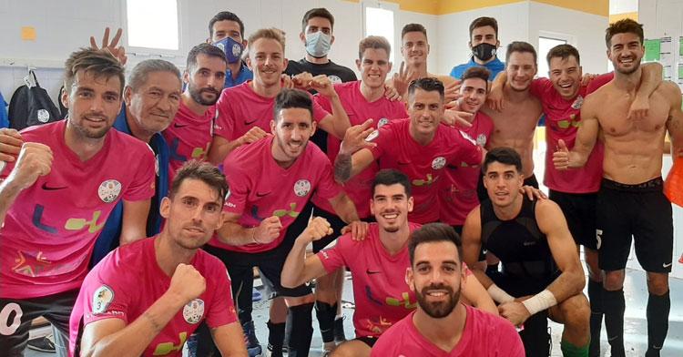 Los jugadores lucentinos, felices en el vestuario de Coria. Foto: Ciudad de Lucena