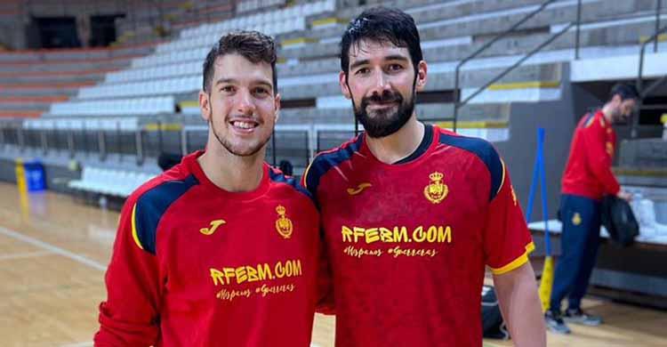 David Estepa y Javi García con la camiseta de los Hispanos en Lliria.David Estepa y Javi García con la camiseta de los Hispanos en Lliria.
