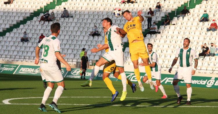 Manu Farrando pelea un balón aéreo ante el UCAM Murcia.