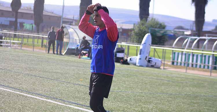 Fran Gómez echándose las manos a la cabeza en un entrenamiento de esta semana con el filial.