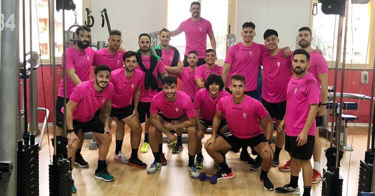 Manu Leal, en el centro junto a sus compañeros tras una sesión en el gimnasio. Foto: @CordobaFutsal