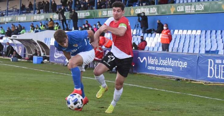 Javi Flores dejando atrás a un jugador del Linares.