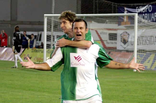 Javi Morno celebrando uno de sus 24 goles con un joven Javi Flores colgados a sus espaldeas en la temporada 2006-07 del ascenso en Huesca.