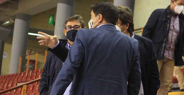 Javier González Calvo y Jesús Coca departiendo con José García Román en el descanso del partido ante el Ribera Navarra en el palco del Vista Alegre.