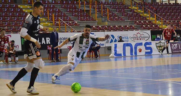 Jesús Rodríguez presionando a Iván Bernad. Autor: Javier Olivar