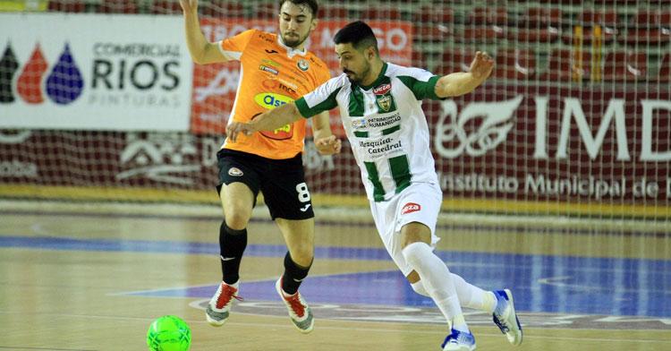 Jesús Rodríguez intentando marcharse de un jugador del Ribera Navarra