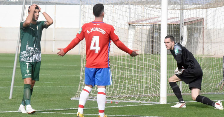 El portero Joao Costa, uno de los futbolistas por los que se reclamó, en el momento de la ocasión fallada por Willy en el encuentro contra el Recreativo Granada. Foto: CCF
