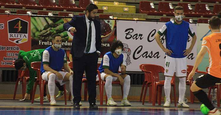 Josan González dando órdenes desde su área técnica