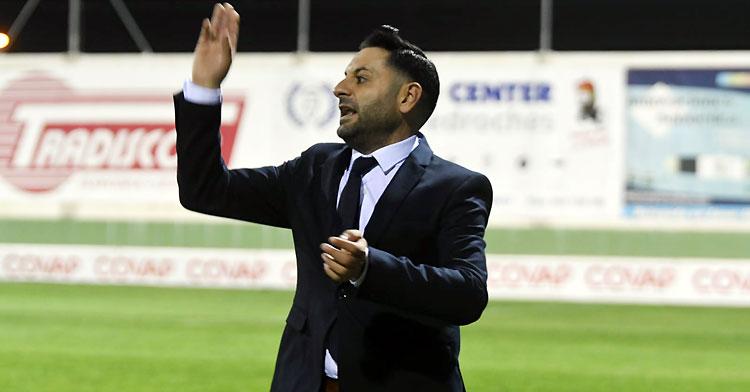 Manuel Fernández mandando a sus jugadoras al ataque en un partido de esta temporada. Foto: CD Pozoalbense