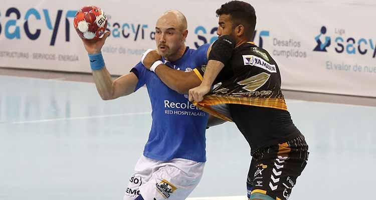 Marcio Silva intenta tapar a Diego Camino.