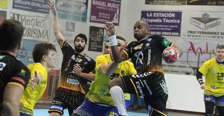 Anderson Mollino armando el brazo ante la defensa del Bidasoa de Irún con el bloqueo de Javi García.