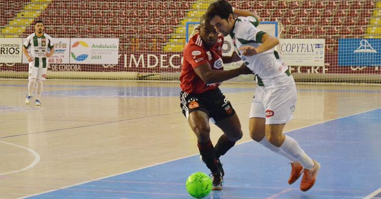 Pablo del Moral peleando con el jugador del Zaragoza Ernani. Autor: Javier Olivar