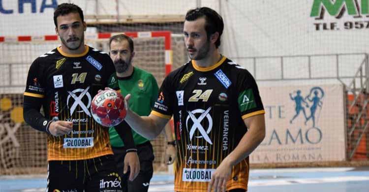 El cordobés José Padilla con el balón en su última aparición ante el BM Nava.