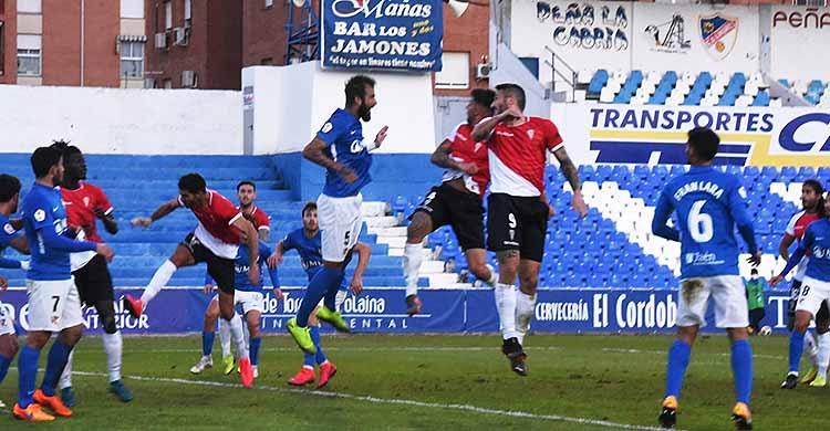 Piovaccari, que tuvo dos claras ocasiones, lucha un balón aéreo contra la defensa del Linares.