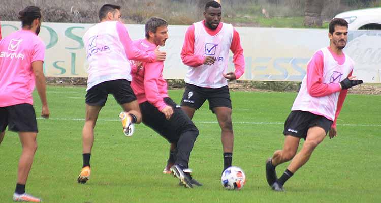 Piovaccari pasa el balón ante la presión de hasta tres compañeros.