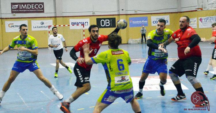 Esteban López entrando en la defensa del Zamora. Foto: CBM