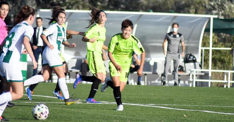 Ayaka acude a tapar la salida de balón del Córdoba en el derbi de la primera jornada. Foto: CD Pozoalbense