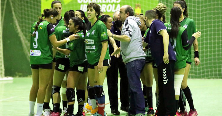 Rafa Moreno junto a sus jugadoras en un tiempo muerto. Foto: Fran Pérez / Balonmano Adesal
