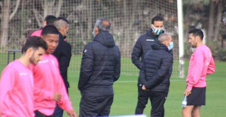 Juan Sabas en su último día como entrenador del Córdoba, hablando con Carlos Valverde