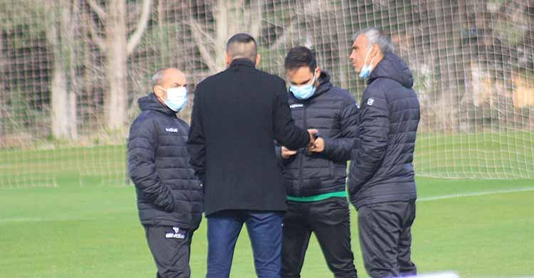 Juanito comunicando a Sabas y su cuerpo técnico la decisión.