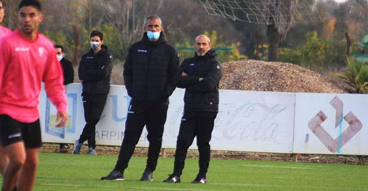 Sabas, junto a su segundo, en su último entrenamiento con técnico del Córdoba CF.