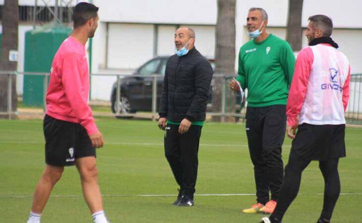 Sabas bromeando con sus jugadores junto a su segundo Manu Robles, con Piovaccari y Willy de espaldas.