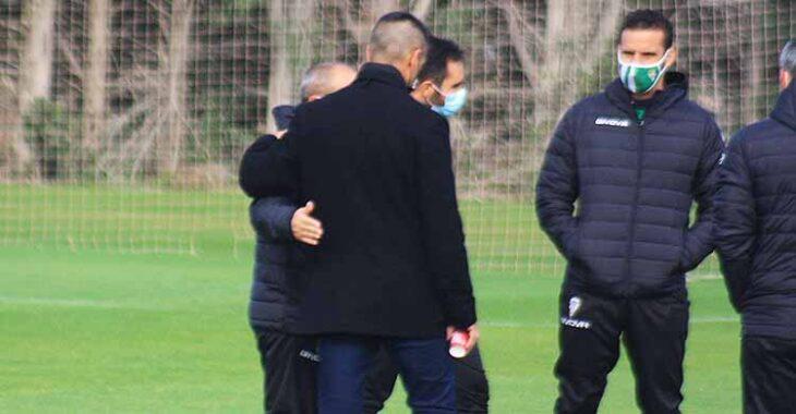 El saludo cariñoso de Juanito a Sabas en su encuentro esta mañana en la Ciudad Deportiva.