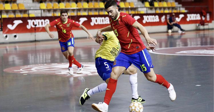Alberto Saura en su debut con España ante Brasil. Foto: @Sefutbol