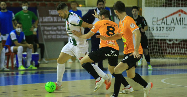 Alberto Saura intentando desembarazarse de un rival tudelano