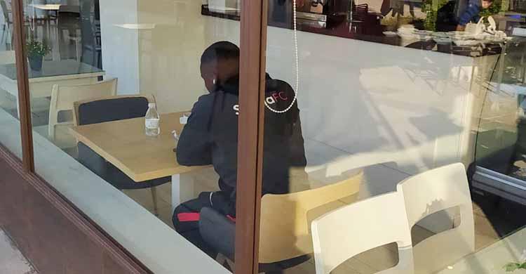 Djak Traoré con la sudadera del Sevilla el pasado domingo en una cafetería.