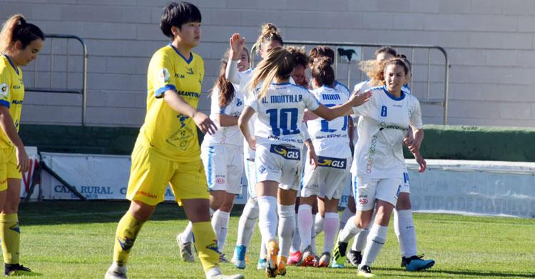 Las jugadoras blanquillas celebran el único tanto del encuentro. Foto: CD Pozoalbense