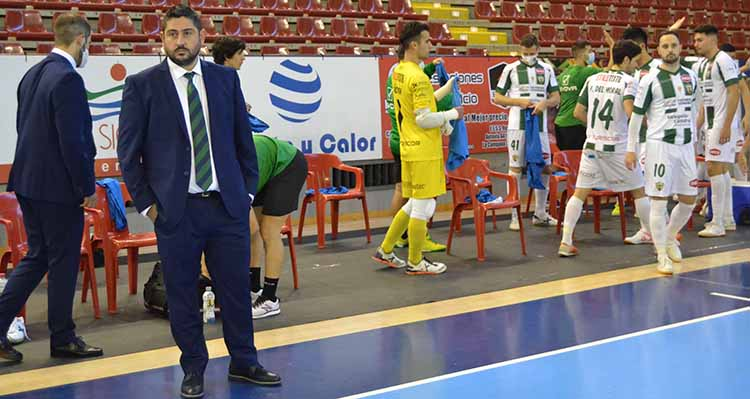 Josan González respiró al final del partido con sus hombres.