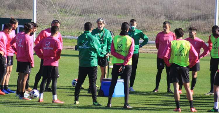Pablo Alfaro pidiendo a sus hombres un último esfuerzo ante el Albacete para seguir adelante en la Copa del Rey.