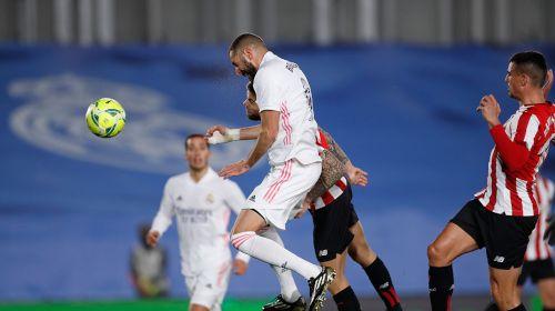 Benzema cabeceando a las mallas el pasado martes en el partido liguero ante el Athletic de Bilbao.