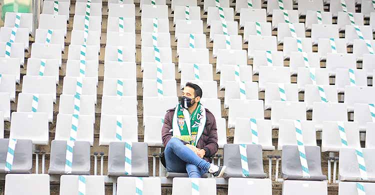 Un cordobesista en la soledad de la grada la tribuna de El Arcángel en el partido liguero ante El Ejido.