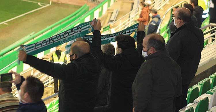Varios aficionados cordobesistas mostrando sus bufandas en El Arcángel en el último partido del año ante el Albacete.