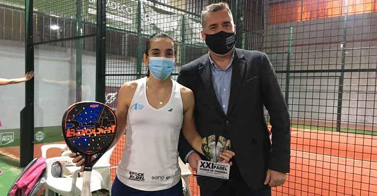 Alba Izquierdo, con su trofeo de subcampeona de los Internacionales Ciudad de Córdoba 2020, junto a Manuel Torrejimeno.