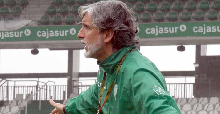 Pablo Alfaro dirigiendo esta mañana a sus pupilos en el amistoso ante el filial.