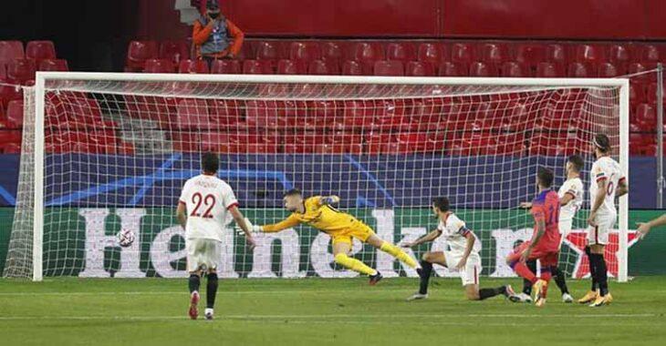 El bujalanceño Alfonso Pastor defendiendo la portería del Sevilla ante el Chelsea en su debut en el Champions.