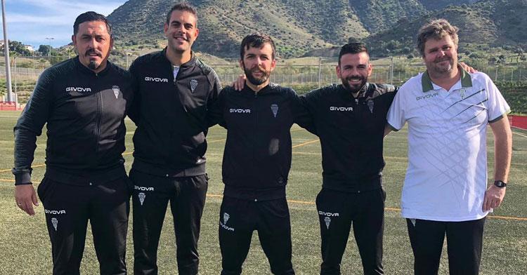 Montenegro, a la izquierda, posando con su cuerpo técnico tras la victoria lograda en Málaga en el mejor partido de la temporada