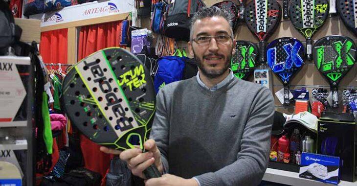 José Arteaga sujeta una pala de pádel al otro lado del mostrado de Arteaga Sport.