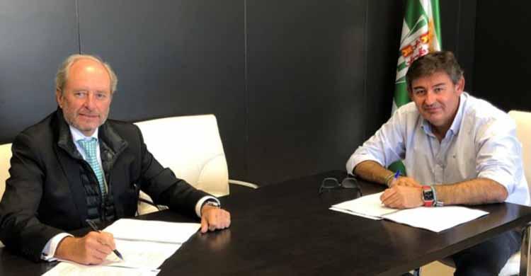 Javier González Calvo y Miguel Lomas firmando el acuerdo en El Arcángel.