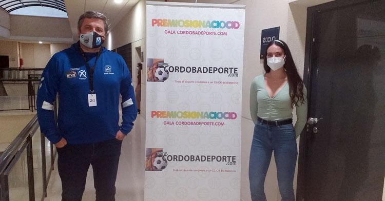 Paco Bustos y Carmen Avilés posan a la entrada del set desde donde se realizó la Gala Digital por el 20º Aniversario de Cordobadeporte