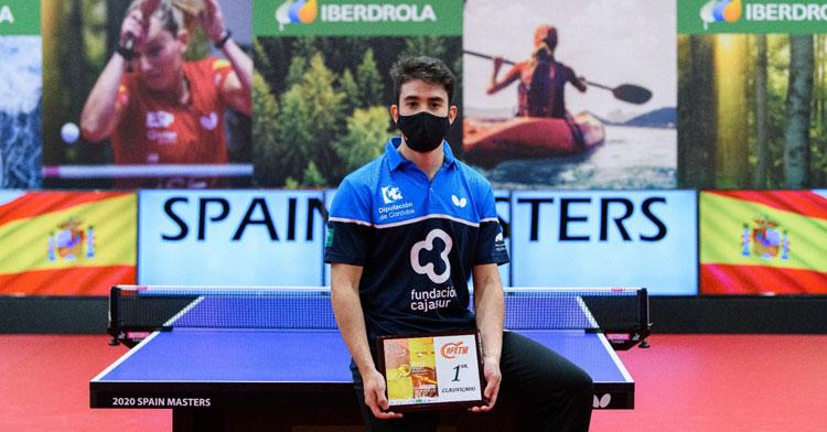 Carlos Caballero con sus trofeos tras la victoria final