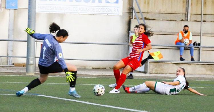 Yanire intentando dificultar el tiro de una granadinista en el partido anterior. Foto: Granada Femenino