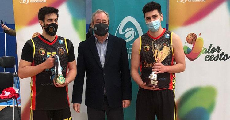 La entrega de trofeos al ganador del torneo por parte del presidente de la Federación Andaluza de Baloncesto, Antonio de Torres. Foto: FAB