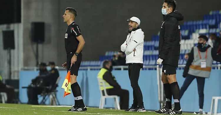 Dimas Carrasco viendo el partido desde su área técnica.