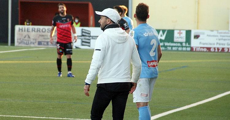 Dimas Carrasco dirigiendo a su equipo en el derbi ante el Salerm. Foto: Ciudad de Lucena