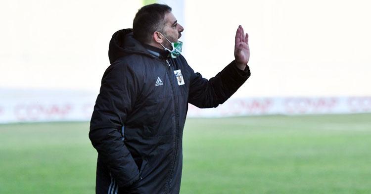 Emilio Fajardo dirigiendo a su equipo en el Municipal. Foto: Hoy al día