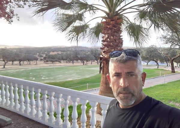El nuevo presidente del Club de Golf de Pozoblanco, Guzmán Fernandez, posando delante del putting green vallesano.